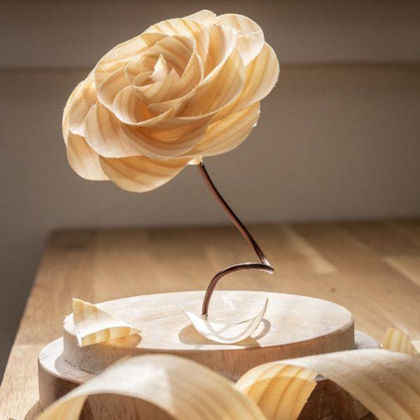 Fleur en bois sous cloche